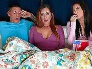 Boring vidéo nuit se transforme en un sexy trois-quelques-uns avec petite amie et sa mère, je voudrais fuck stepmom