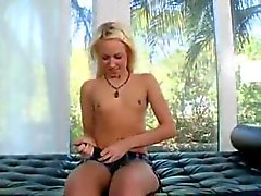Big Dick TekeePienet tissit Blonde Smile .
