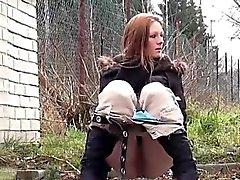 Teen brunette törs Så pissa i snö