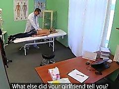 Taille petite pour petite blonde de se masser par son médecin traitant