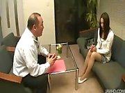 Nozomi Mashiros Bewerbungsgespräch umfasst Kohlmeise und Möse saugende