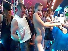 Sexy lesbianas que bailan en club