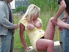 Busty söt flicka i grupp sex offentligt