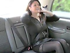 Una MILF muy tetona belga desciende el encanto del taxista