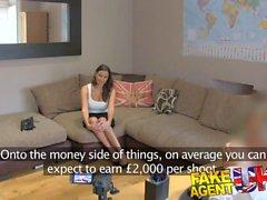 FakeAgentUK Creampie de chicas Rumania follada reserva sobre el escritorio en el casting