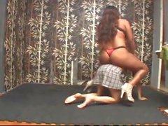 Black amazon reitet ihr Ponygirl in Unterwerfung