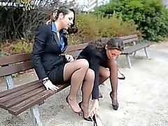2 Junge reizvolle Sekretäre in Vintage Strümpfen und garterbelt