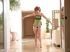 Die LaCie sehr attraktive unschuldigen Rothaarige mit Natur Tits und trug Tanga auszuziehen und nackt aufwirft