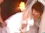 Asian girlkuva Wedding Dress Fucked 2. Pojat Kasvohoitoja sängylle Roossa