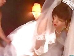 Asian Girl венчания платья выебанная к 2 парней Facials на кровати кенгуру