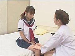 Ung japansk tjej blir förförda av sjuksköterskan och de gör ut