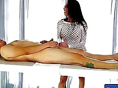Hot masseuse obtient baisée et facialed par son client méchant