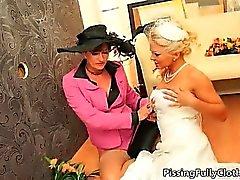 Reizvolle blonde Braut dreht durch