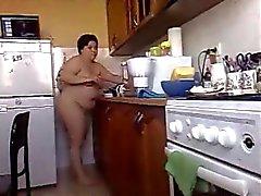 Bbw Brünette Freundin kocht Mahlzeit nackt nach Hause