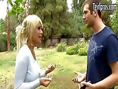 Сексуальная блондинка Tgirl Kimbella предлагает парня