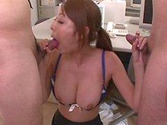 Asiatisk basa i ett kjolen att erbjuda hon arbetarna do lite bryta för sex