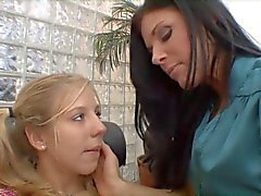 Madura morena fica jovem prostituta loira a lamber sua boceta no sofá