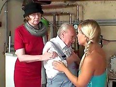 Farmors masturbates medan du morfar knullar en blond tonåring