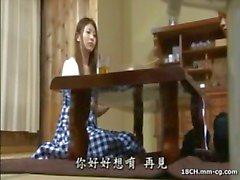 Jonge sletterig Japanse huisvrouw maakt liefde met haar hunky hubby