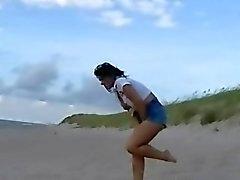 Praia gata mijando em jeans públicas e molhado piscar