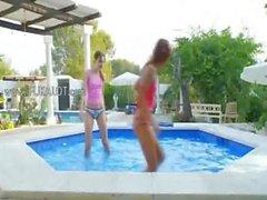 Lesbs humides de baiser bord de la piscine