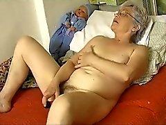 Idoso Horny gordinho de avó a masturbarem com vibrador