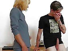 jouer de l'enseignant la maman ainsi qu'une cock