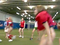 College Teens Pusslick auf Fußballplatz