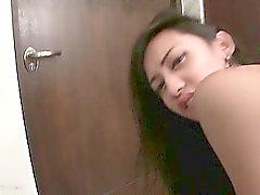 Ladyboy lildemente Siyah Dildo Köşesi ile eyersiz