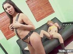 Sıcak shemales Tania ve Kiara bir koltukta sert anal fuck