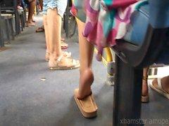Uppriktig hot girl fötter och fotsulor på offentlig buss