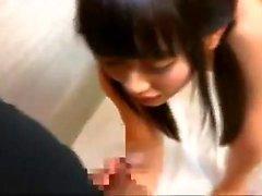 esclave asiatique suspendu prend des jouets dans sa chatte poilue
