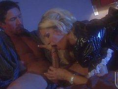 Hot blonde Frau hakt sich mit schwarzen Stud