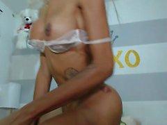 Tabaklanmış sıcak travesti tuzak webcam üzerinde onun horoz mastürbasyon
