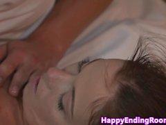 Massage du Fille sucer son masseur