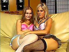 Seksikäs blondi huora nuolee hänen tyttöystävänsä pillua sohvalla