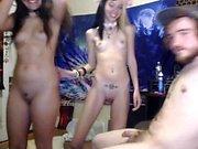 Lovelly asiatiska teen toying fitta med kön leksak på webcam