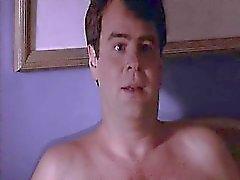 A Kim Basinger nel un foglio bianco con il capezzoli duri come come lei pone