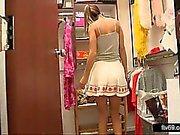 Прекрасные подростка в сексуальном платье и белых трусиках придает Под Юбкой