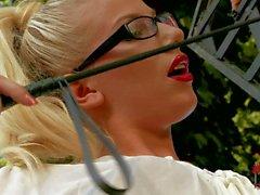 Forte poitrine Krystal Webb se faire puni par blondine rigoureuse