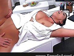 Mulheres maduras fodido em sua própria mesa