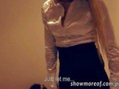 Petite blonde amateur wordt geneukt in een kleedkamer
