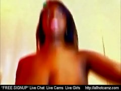 L'ébène avec un grand en lactation corporel sur webcam la plus