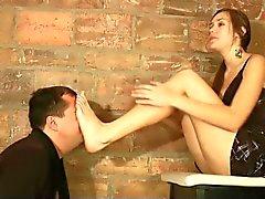 De Cass reçoit le massage des pieds par surface