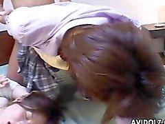 Jóvenes Japonesa encantadores machacados duro en un orgía de lasciva