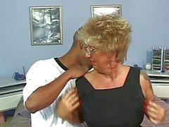 Piercade bröstvårtor Tattoo Granny i strumpor Fucks