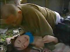 Yaşlı adam tarafından çivilenmiş bu küçük genç Japon aşk hikayesi