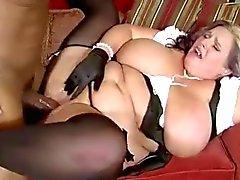 La maman dodus avec de gros seins de graisse et les black avec énorme queue