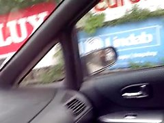arabada yarak olgun kadın yanıp söner.