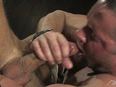 Uomo del muscolo Erik Rodi dispone di qualche divertimento orale e a Jessie Coltro